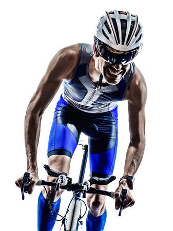 atletisch: man triathlon iron man atleet motorrijders fietsers fietsen fietsen in silhouetten op witte achtergrond