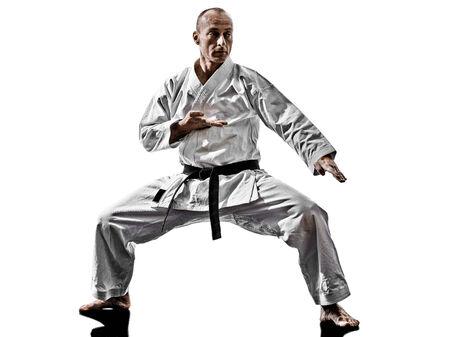 artes marciales: un hombre entrenamiento de kata de karate aislados en fondo blanco