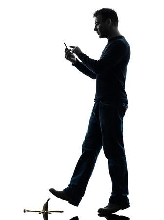 부주의 한: 흰색 배경에 실루엣 스튜디오에서 전화를 걷는 한 사람의 부주의 한 사람