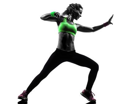 zumba: una mujer el ejercicio de la danza Zumba Fitness en la silueta en blanco
