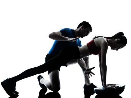 개인 트레이너 남자 코치와 여성 운동의 abdominals 흰색 배경에 고립 BOSU 스튜디오 실루엣에 푸쉬 업 스톡 콘텐츠 - 28812916