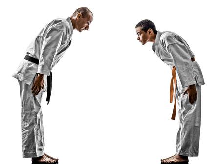 artes marciales: dos hombres de Karate Sensei y luchadores estudiantiles adolescente combates aislados en fondo blanco Foto de archivo