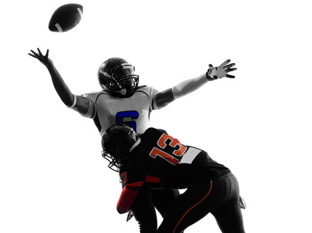 futbolistas: dos jugadores de fútbol americano quarterback saqueada balón suelto en la sombra de la silueta en el fondo blanco Foto de archivo