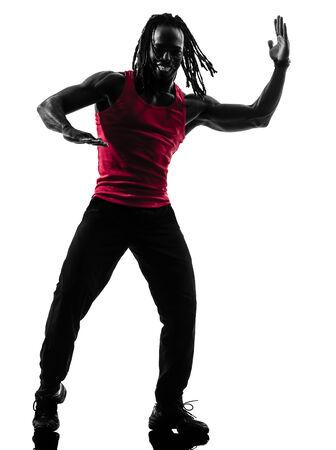 zumba: un hombre Africana que ejerza el baile Zumba Fitness en silueta sobre fondo blanco