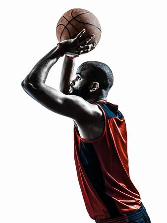 hombre disparando: tiro libre jugador de baloncesto un hombre africano en silueta aislado fondo blanco Foto de archivo