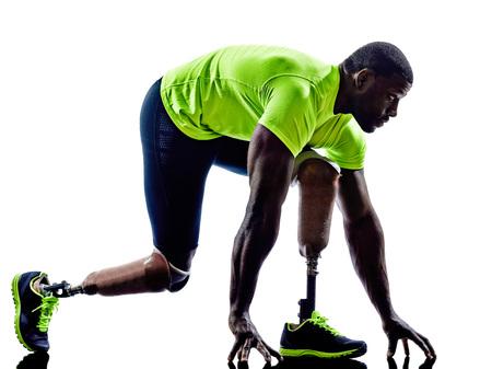 discapacidad: una l�nea de partida minusv�lido musculoso, con piernas de pr�tesis en la silueta en el fondo blanco Foto de archivo