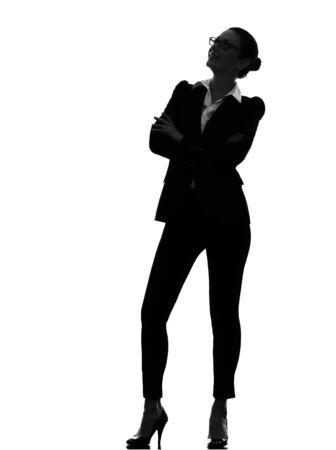 mujer elegante: Una sola mujer de negocios de pie mirando hacia arriba sonriendo en silueta sobre fondo blanco