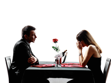 siluetas de enamorados: parejas amantes dinning separación disputa en siluetas en el fondo blanco