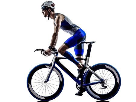 man triatlon iron man atleet biker fietser fietsen fietsen in silhouet op een witte achtergrond Stockfoto
