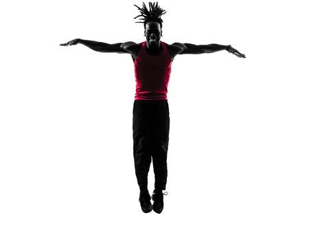 zumba: un hombre africano zumba fitness ejercicio de la danza en la silueta en blanco
