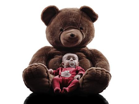 oso blanco: un bebé recién nacido que presenta con el oso de peluche de la silueta en blanco Foto de archivo