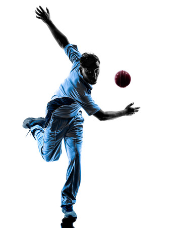 werper Cricket speler in silhouet schaduw op witte achtergrond