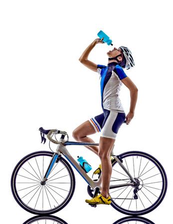 ciclismo: Mujer atleta de triatl�n ironman ciclismo ciclista potable en el fondo blanco Foto de archivo