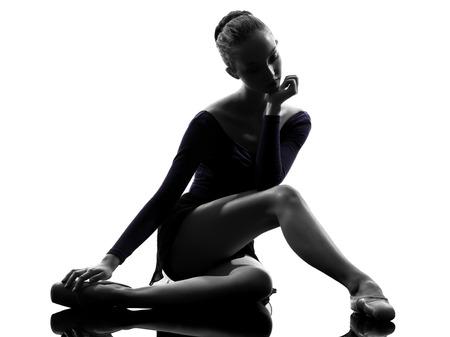 bailarina de ballet: una joven bailarina de ballet bailarina mujer que estira el calentamiento en el estudio de la silueta sobre fondo blanco
