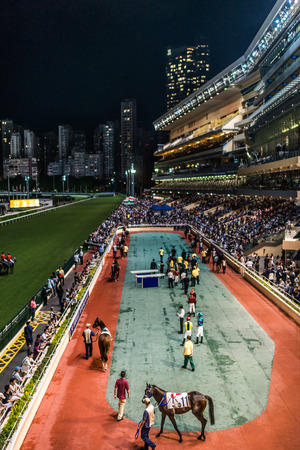 carreras de caballos: Happy Valley, Hong Kong, China-05 de junio 2014: carrera de caballos en el hipódromo de Happy Valley