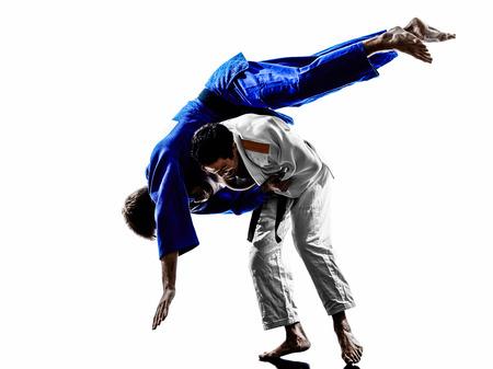judo: dos judokas combatientes que luchan los hombres en silueta sobre fondo blanco
