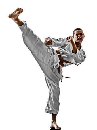 artes marciales: uno karate adolescentes de formaci�n kata ni�o aislado en fondo blanco