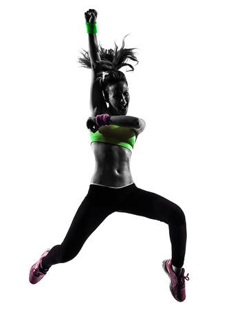 bailarines silueta: una mujer el ejercicio de la danza de la aptitud que salta en silueta sobre fondo blanco