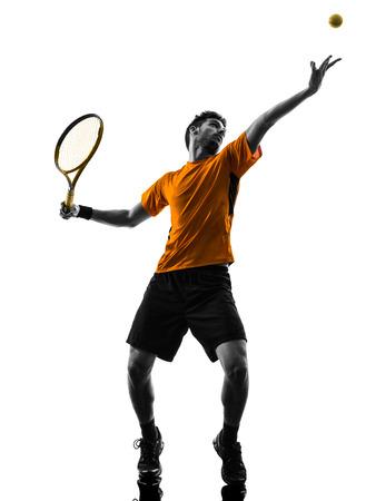 één man tennisser op service serving silhouet in silhouet op een witte achtergrond