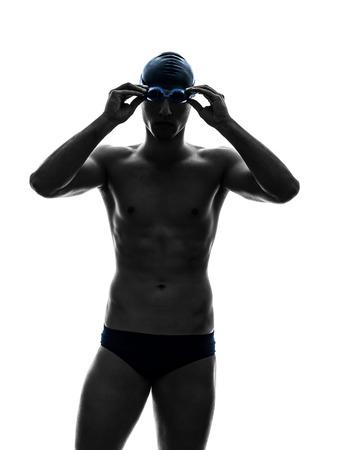 흰색 배경에 실루엣에서 수영 한 젊은 남자 수영