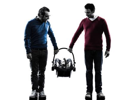 homosexuales: homosexuales hombres padres de familia con el bebé en siluetas en el fondo blanco Foto de archivo