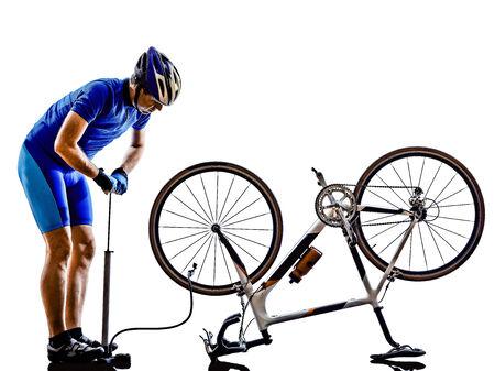 ciclos: ciclista reparando bicicletas en silueta sobre fondo blanco