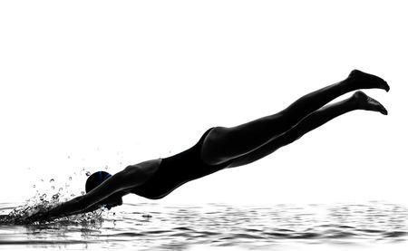 één vrouw competitie zwemmer over het starten in silhouet studio geïsoleerd op witte achtergrond
