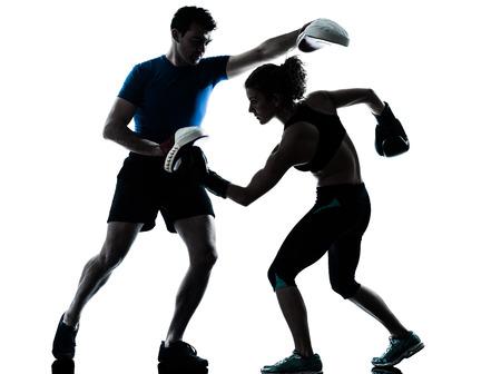 1 つのカップル男女性パーソナル トレーナー コーチ男性女性ボクシング トレーニング シルエット スタジオ ホワイト バック グラウンド上に分離さ