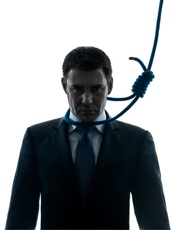 ahorcado: un hombre de negocios con la soga alrededor del cuello del ahorcado en estudio de la silueta aislado en blanco