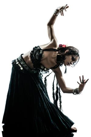 danseuse orientale: une femme arabe studio de danse danseuse du ventre silhouette isolé sur blanc