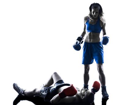 één vrouw boxer boxing één man kickboksen in silhouet op een witte achtergrond