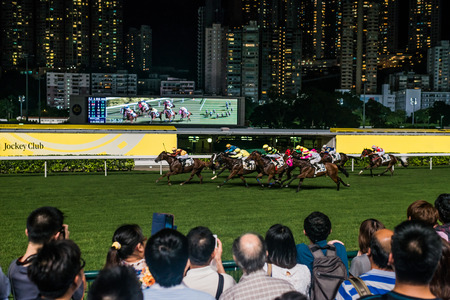 carreras de caballos: Happy Valley, Hong Kong, China-05 de junio 2014: espectadores viendo carreras de caballos en el hip�dromo de Happy Valley Editorial
