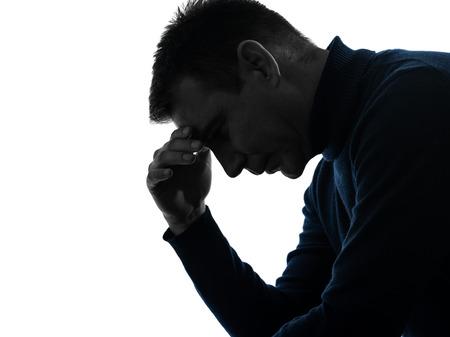 cara triste: un hombre serio Retrato de pensamiento pensativo en estudio de la silueta aislado en el fondo blanco Foto de archivo