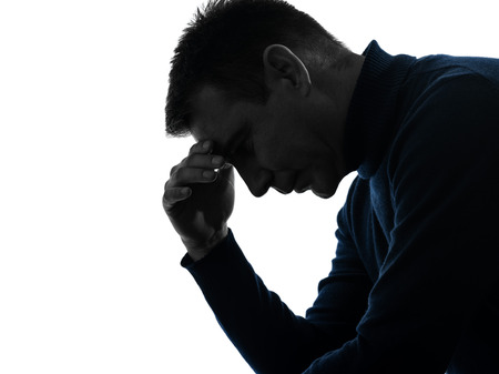 volto uomo: un uomo serio ritratto pensieroso pensare in silhouette studio isolato su sfondo bianco Archivio Fotografico