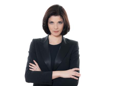 donne eleganti: una bella donna seria braccia incrociate ritratto in studio isolato su sfondo bianco