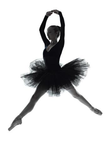 silueta bailarina: una joven bailarina de ballet bailarina mujer bailando con tutú en estudio de la silueta sobre fondo blanco