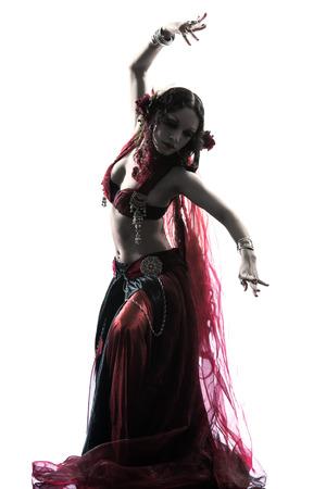 danseuse orientale: un ventre arabe danseuse silhouette studio de danse isol� sur fond blanc Banque d'images