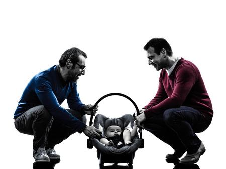 homosexuales: homosexuales padres los hombres de la familia con el bebé en siluetas sobre fondo blanco Foto de archivo