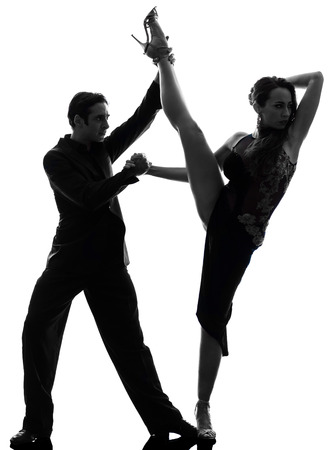 bailarines silueta: un par de bailarines del salón de baile hombre mujer tangoing en estudio de la silueta aislado en el fondo blanco