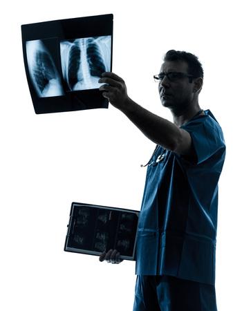 cirujano: un hombre m�dico cirujano radi�logo pulm�n examen m�dico torso de rayos x imagen de la silueta aislado en el fondo blanco