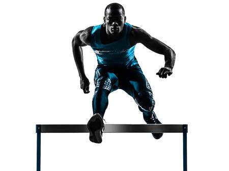 deportista: uno africano hombre vallista correr en estudio de la silueta aislado en el fondo blanco Foto de archivo