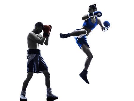 silueta hombre: una mujer boxeador boxeo un hombre kickboxing en silueta aislados sobre fondo blanco Foto de archivo