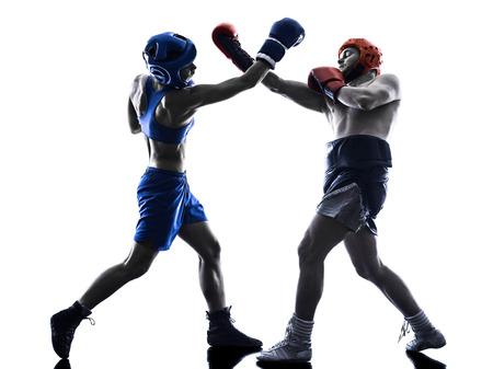 boxer: una mujer boxeador boxeo un hombre kickboxing en silueta aislados sobre fondo blanco Foto de archivo