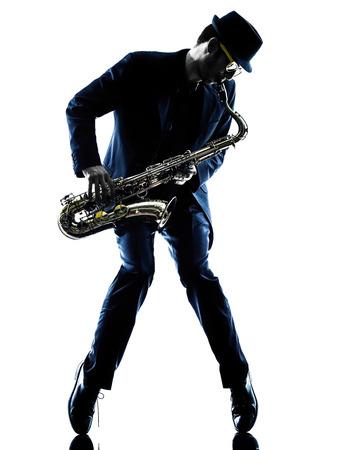 saxofon: saxofonista saxofonista de juego de un hombre caucásico en el estudio de la silueta aislado en el fondo blanco