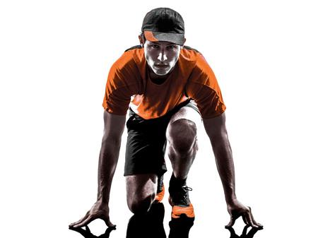 gente corriendo: una joven basculador corredor de hombre en silueta aislados sobre fondo blanco