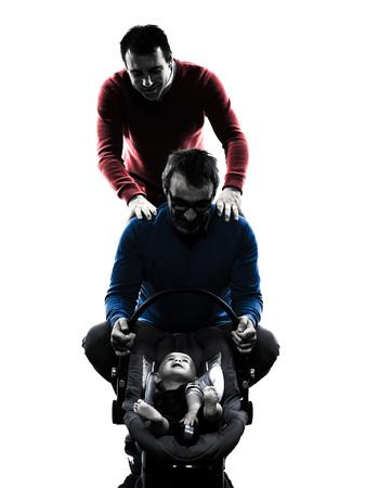 homosexuales: homosexuales padres los hombres de la familia con el beb� en siluetas sobre fondo blanco Foto de archivo