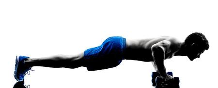 seins nus: un homme caucasien exercice physique push ups de poids exerce en silhouette studio isol� sur fond blanc