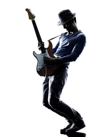 白い背景で隔離のスタジオ シルエットで遊ぶ 1 人の白人男性電気ギタリスト プレーヤー