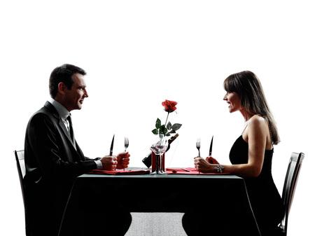 siluetas de enamorados: parejas amantes dinning hambre en siluetas en el fondo blanco