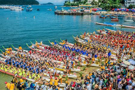 Hong Kong、中国-2014 年 6 月 2 日: スタンリー ・ ビーチのドラゴン ボート祭りレースをレースの人々 写真素材